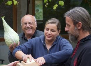 Toni freut sich über das Filderkraut, das sich aufgrund seiner Saftigkeit und Zartheit besonders gut fürs Sauerkraut-Machen eignet