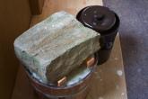 Nun wird das Ganze mit einem schweren Stein beschwert. Der Saft muss höher als das Kraut stehen! Anschließend haben wir den oberen Teil des Fasses mit einem großen Tuch abgedeckt, um Insekten fernzuhalten. Wichtig: Regelmäßig kontrollieren und die durch Milchsäuregärung entstehende trübe, schaumige Schicht obenauf immer wieder vorsichtig abschöpfen. Auch Stein, Deckel und Tuch sowie der innere Rand des Topfes sollten unbedingt einmal wöchentlich gereinigt werden.